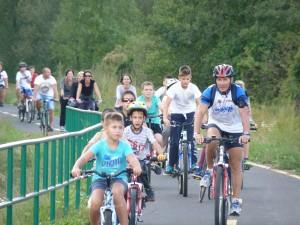 Úton a kerékpárút avatására